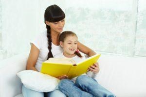 madre-e-hija-leyendo-juntas_1098-2464